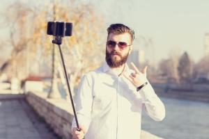 (selfie) selfie-stick-hipster